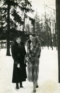 Betti Alver (vasakul) tuttavaga [1930. aastate alguses]