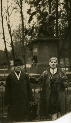 Betti Alver (paremal) tundmatu naisterahvaga Toomel [1928-1930]
