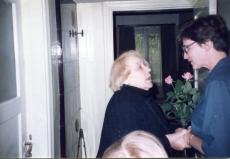 Betti Alver tundmatu naisterahvaga 1983. a mais