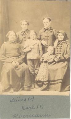 Miina Härma vasakult teine – oma vanemate, õdede ja vennaga