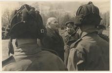 """Johannes Vares-Barbarus Moskva lähistel tankistide keskel tankikolonnist """"Nõukogude Eesti eest!"""""""