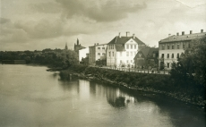Tartu Emajõe vasak kallas. Taga vasakul Peetri kirik, keskel Treffneri kool