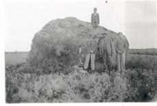 Kivimürakas W. Grünthal-Ridala suvila juures. K. E. Sööt ja W. Grünthal-Ridala kahe pojaga. 16. VII 1939