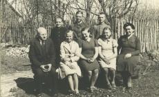 Murru algkooli VI klass,  vasakul õp Mart Kiirats (Mats Mõtslane), paremal õp. Eliise Heinväli 1938. või 1939. aastal