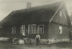 Julius Oengo sünnikodu Hiiumaal Harju külas Pleesi talu 19. VII 1935. a. Trepil abikaasa tütrega
