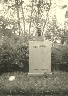August Kitzbergi hauasammas Tartu Maarja kalmistul, vasakul poeg Hansu (surnud 1911) hauaplaat