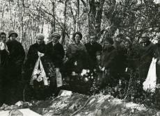 Mihkel Jürna vend Arturi matusel 15.10.1971. a. (par. 2., prillidega)