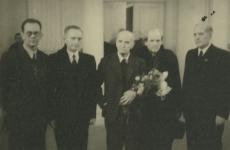 K. E. Söödi 85. a. juubel 26.12.1947 Tartu Riikliku Ülikooli aulas.  1. K. Taev, 2. E. Hiir, 3. K. E. Sööt, 4. P. Vallak, 5. A. Koort