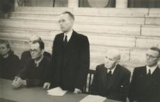 K. E. Söödi 85. a. juubel 26.12.1947 Tartu Riikliku Ülikooli aulas.  Presiidium. Seisab Erni Hiir. Istuvad vas.: 1. R. Ritsing, 2. K. E. Sööt, 4. K. Taev