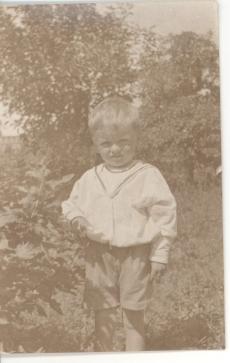 Marta Lepp poeg Reljo Utuste lapsena Sangaste mõisa viljaaias