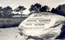 J. Kunderi sünnikohta ja H. Henno elukohta Kovali talu tähistav kivi. aug 1972