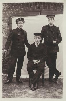 Hendrik Adamson (keskel)grupifotol [1912]