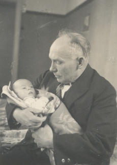 Jakob Mändmets lapselapsega