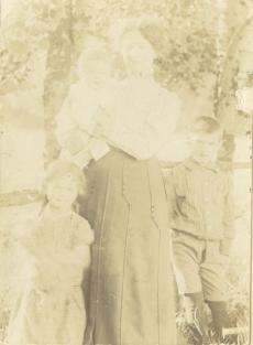 Marie Under tütar Dagmari (süles) ja külalastega Hiiumaal Kassaris [1904]
