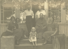 M. Under ja A. Adson perekonnaga Toilas 1925. a. suvel. Vasakult: 1)Hedda Hacker, 3)Artur Adson, 4)Marie Under, 5)M. Underi ema Leena, 6)Dagmar Hacker