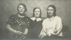 Marie Under tütarde Hedda ja Dagmar Hackeriga