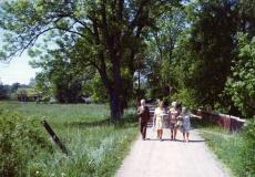 Karl Risitikivi, Liidia Mägi jt kõndimas