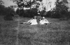 August Kitzberg abikaasaga grupifotol