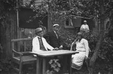 August Kitzberg abikaasa ja poja Jaaniga Kuresaares 1927. a. suvel