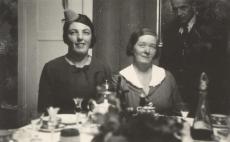 Ees Hedda Hacker ja Marie Under, taga seisab Artur Adson 1936. a.