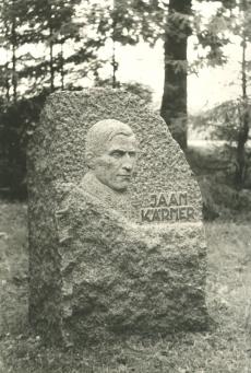 Jaan Kärneri büst Uderna kooli pargis 1970. a