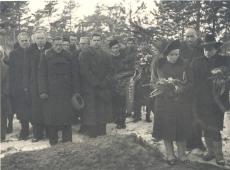 Emilie Varese matusest osavõtjad Metsakalmistul. Vasakult H. Kruus, E. Päll, paremalt N. Andresen ja lahkunu õde